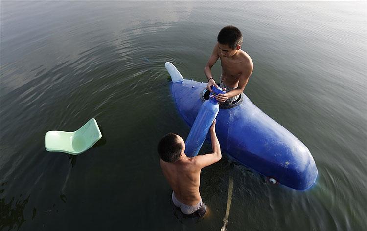 2138 Chinese Inventor Tests Miniature Submarine