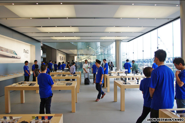 staff HKAppleStore3 INLINE Apple debuts first store in Hong Kong