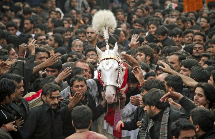 RTR2UVDJ PAK Ashoura 05DEC11 878x568 750x485 Prelude to the Ashura festival in Lahore, Pakistan