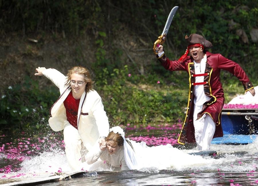 pb 120213 thailand weddings 02.photoblog900 Pirate weddings for Valentines Day in Thailand