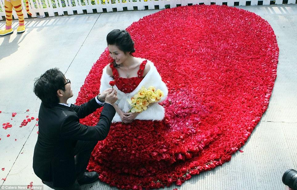 rose dress guangdong Crimson dress made of 9,999 red roses