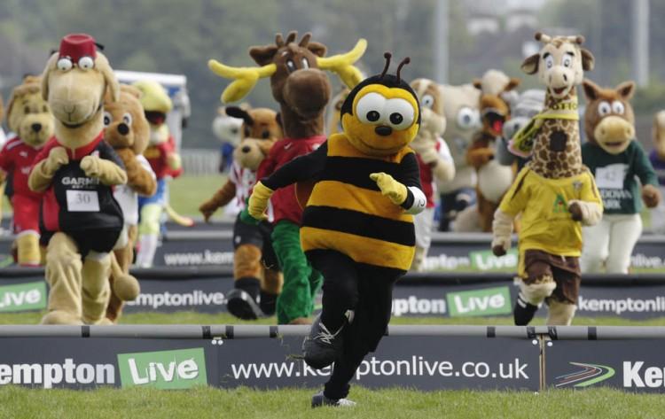reuters britain mascots 07May12A 878x630 750x473 Mascot Grand National 2012
