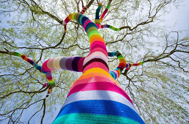 yarn bombing knitted trees 1 Awesome Colorful Examples of Yarn Bombing