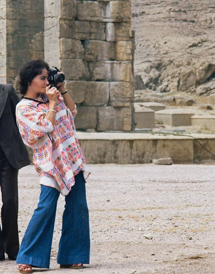 01 Elizabeth Taylor takes a tourist's snapshot in Persepolis Photos of Elizabeth Taylor in Iran, 1976