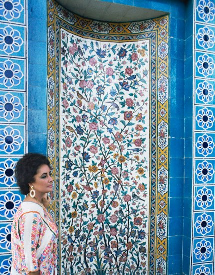 05 In profile in front of dazzling mosaic and tile work Taylor stands by the tomb of the poet Sa'di Photos of Elizabeth Taylor in Iran, 1976