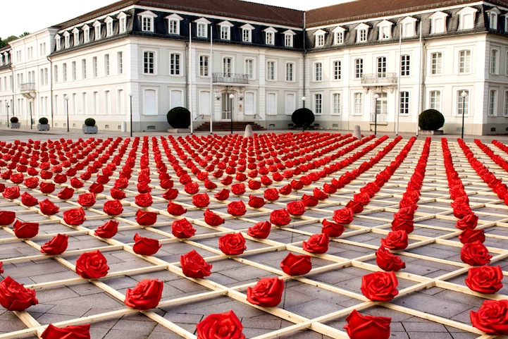 OttmarHorl1 Stunning Symmetrical Display of 1,000 Plastic Roses