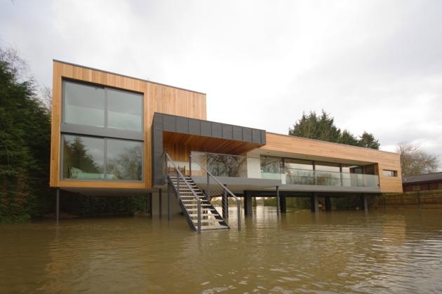 UK 2 English River Bank Home Situated on Stilts