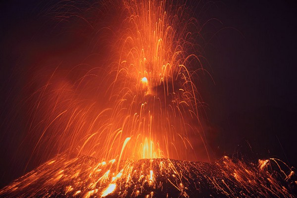 amazing electrifying lightning Wonderful Photos of Japans Recent Volcano Eruption