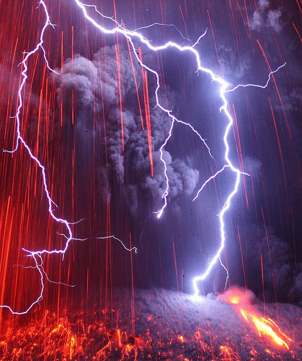 electrifying lightning Wonderful Photos of Japans Recent Volcano Eruption