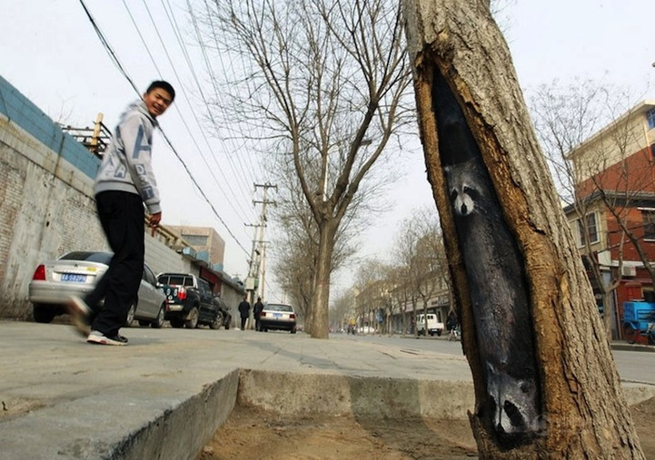 wangyuemeitu1 Spectacular Tree Hole Paintings Brighten Up Chinas Streets