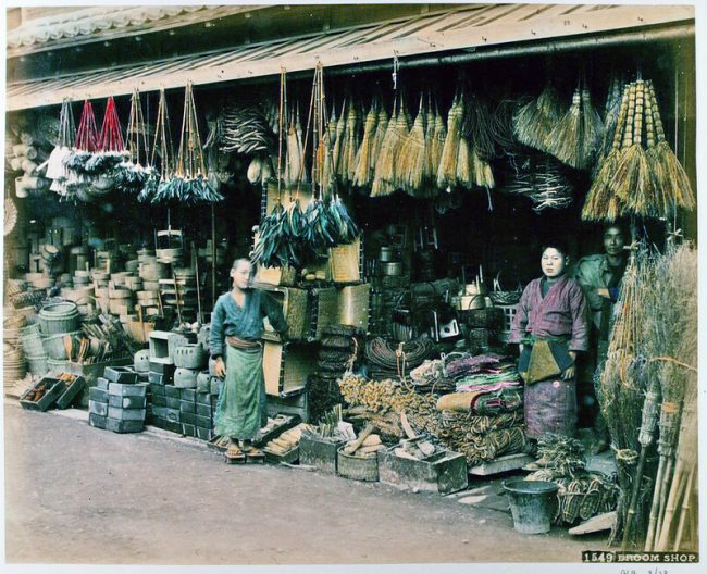Japanese Shopping in The 19th Century 2 650x528 Shops and Stores in Japan in The 19th Century