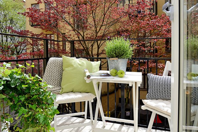 Small Patio Decorating 04 1 Kindesign 46 Inspiring small veranda decorating ideas