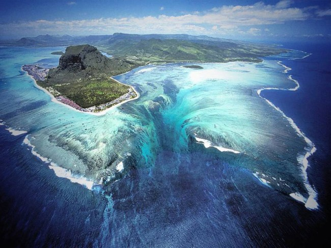 1255 650x487 The 'Underwater Waterfall' Illusion at Mauritius Island