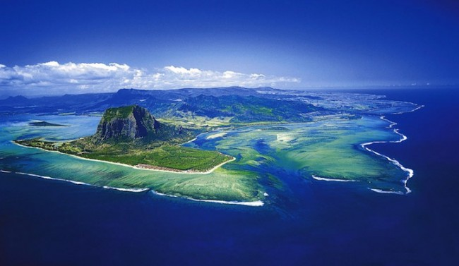 Cascade sous-marine Aerial-Illusion-of-an-Underwater-Waterfall-4-650x377