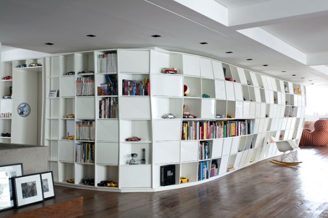 bookcase in brazilian apartment by triptyque architecture 1 650x433 Distorted Bookcase in Brazilian Apartment by Triptyque Architecture
