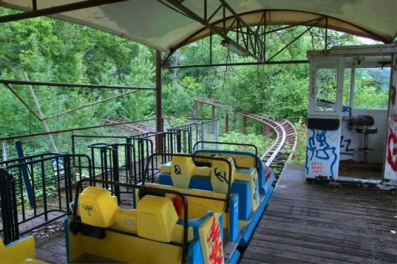 haunting photos of an abandoned german amusement park 16 560x372 Spreepark, an abandoned park in Berlin via @ongezondnl