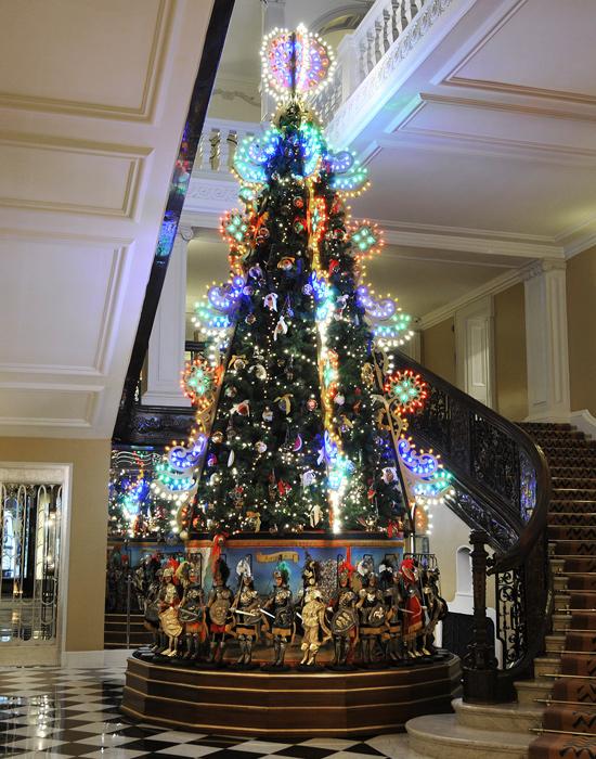 8a9eb7184ee46681 Claridges01 Claridges Christmas Tree by Dolce & Gabbana