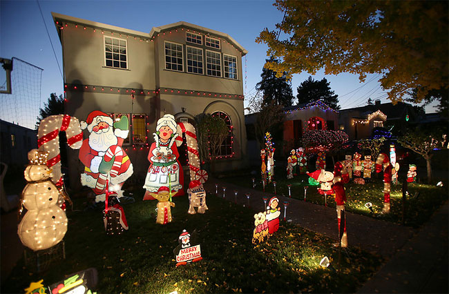 "176 Thompson Avenue in Alameda, California, becomes ""Christmas Lane"" with Holiday Lights"