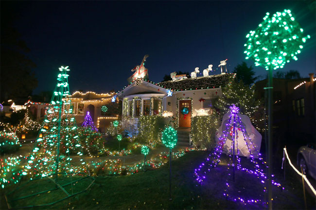 "Thompson Avenue in Alameda, California, becomes ""Christmas Lane ..."