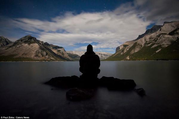 Paul Zizka Taking Selfshots In The Canadian Rockies 1 Paul Zizka Taking Selfshots In The Canadian Mountains