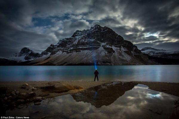 Paul Zizka Taking Selfshots In The Canadian Rockies 2 Paul Zizka Taking Selfshots In The Canadian Mountains