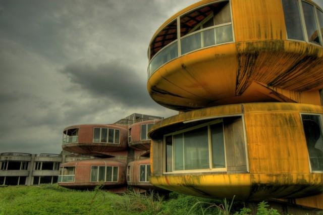 1368553587 4 640x426 Sanzhi   An Abandoned Resort in Taiwan