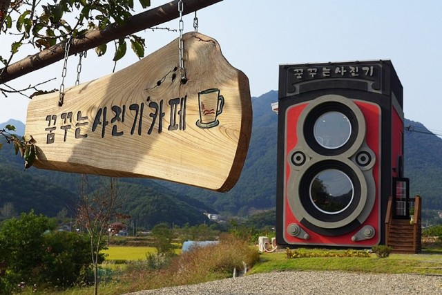 1397139770 1 640x427 Giant Vintage Camera Café in South Korea
