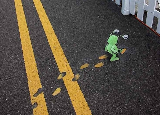 Chalk and Charcoal Art by David Zinn in the Streets of  Ann Arbor Michigan 2014 01 650x468 Quirky Chalk Art in the Streets of Ann Arbor // Michigan by David Zinn