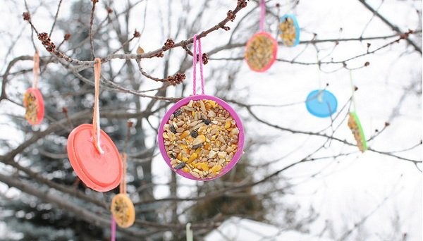 life tips of the week 59A 01a Play Doh Lids As Bird Feeders