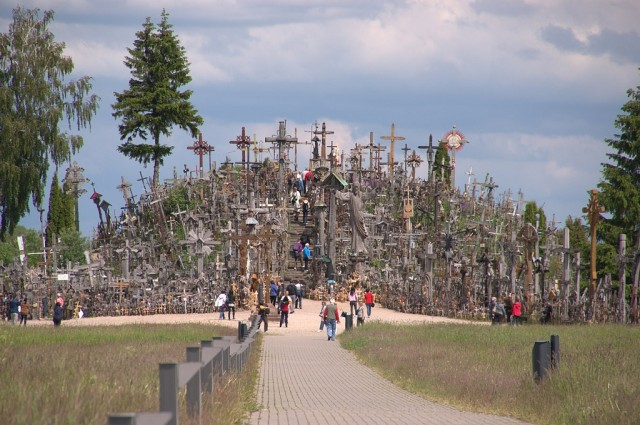 1360054123 0 640x425 Hill of Crosses in Lithuania