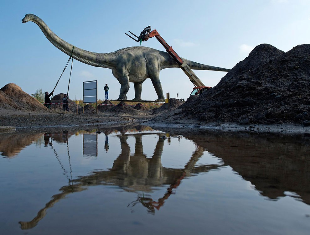 1476 Dino Statue Causes Traffic Headache