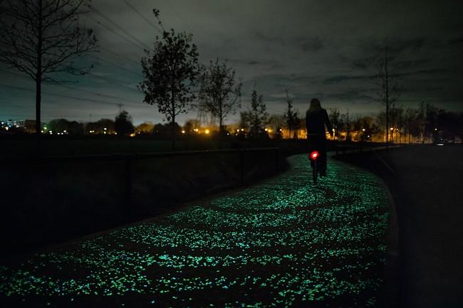 glow in dark bikepath van gogh 01 650x433 Solar Powered Glow in the dark Bike Path inspired by Van Gogh