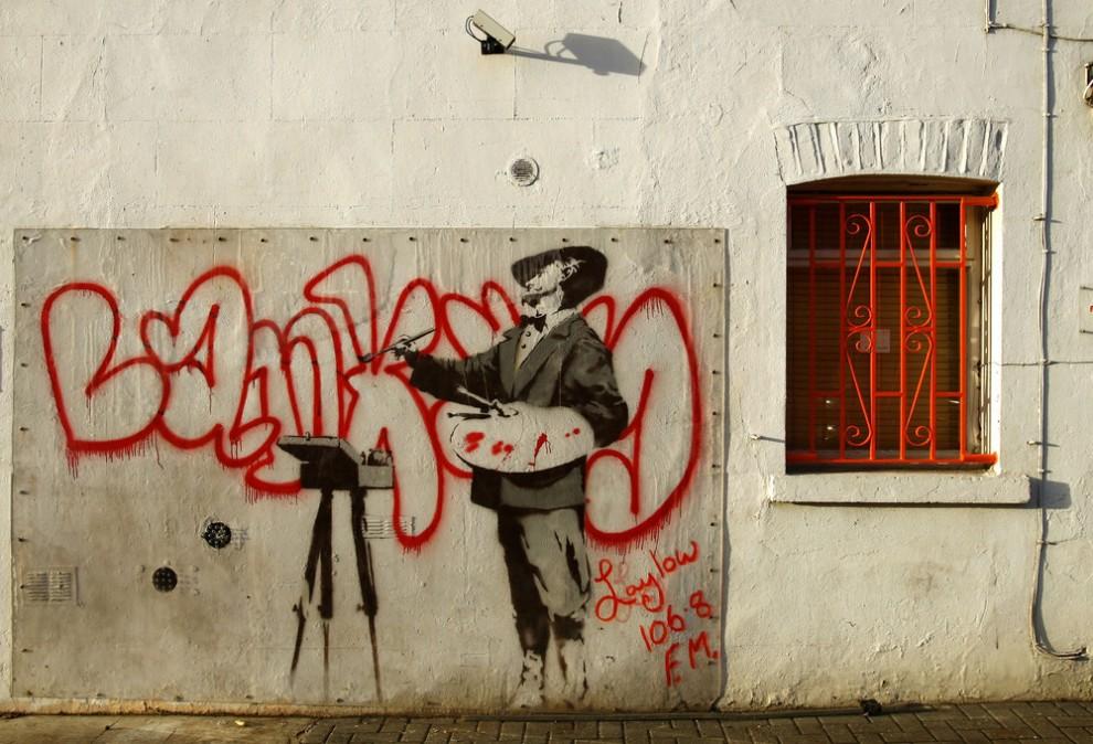 Banksy is het pseudoniem van een Britse kunstenaar Hoewel er weinig zekerheid is over de ware identiteit van Banksy en de meeste bronnen aangeven dat zijn echte naam