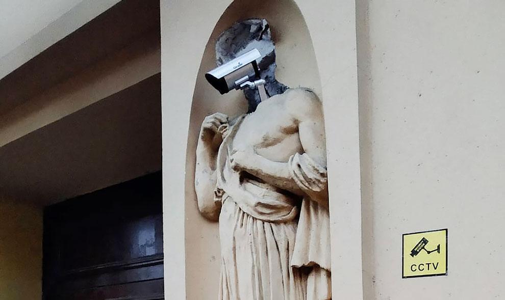 Cyberpunk In St. Petersburg: Historic Statue Gets A Security Camera ...