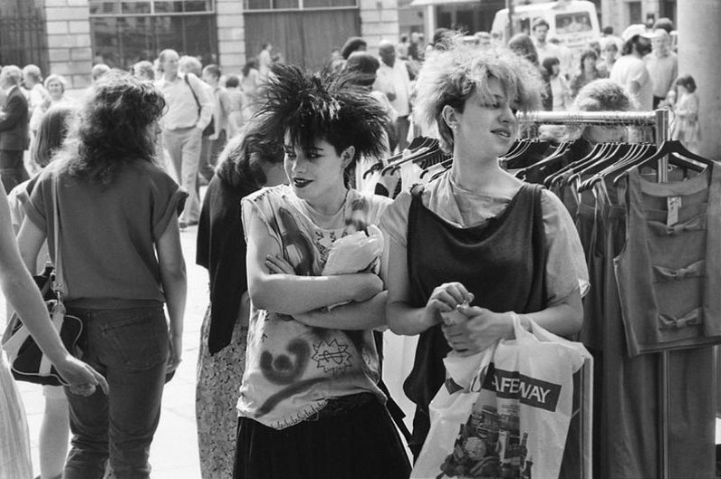 Black and White Photos Show the '80s Street Fashion Styles of Young People