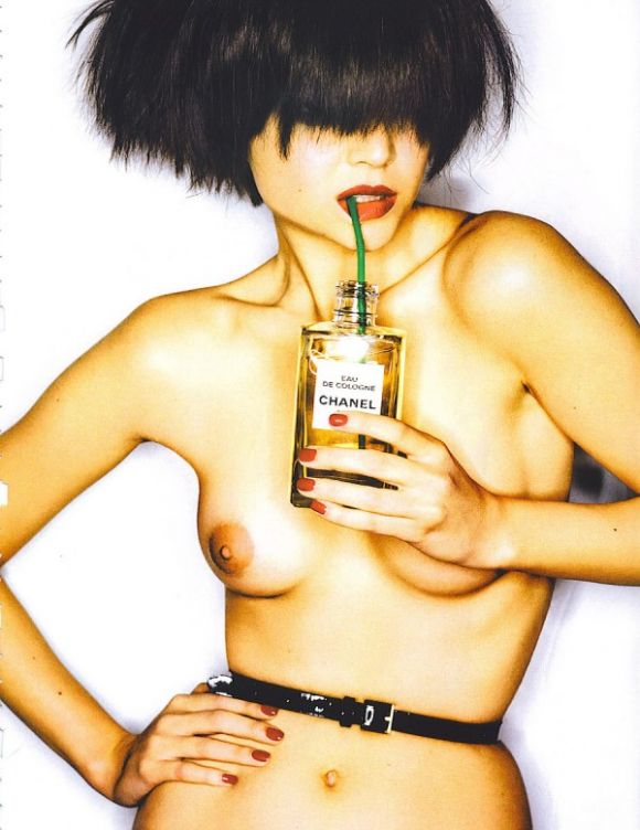 VogueParisFeb.07visionpanoramiquebymariotestino1600x778 Drink my Chanel